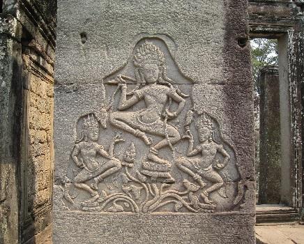 Монахи храма Ангкор-Ват, делают ритуал на желание